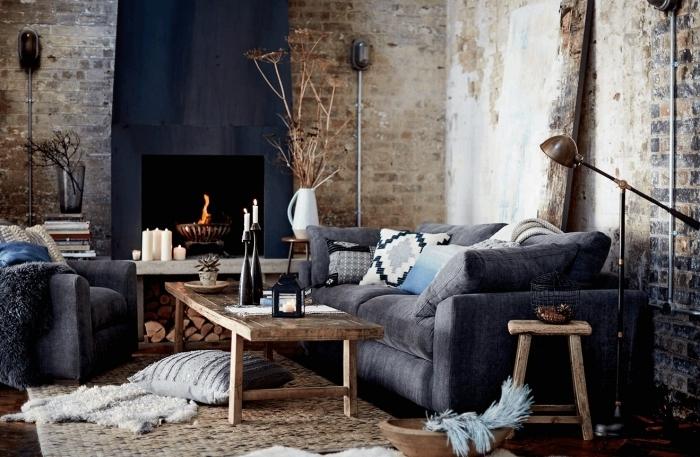 déco industrielle salon mur en briques cheminée noire table basse bois coussin tapis jute panier bambou