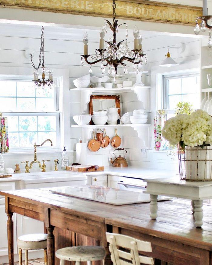 décoration cuisine blanche et bois avec des lambris blanc étagère d angle blanc ilot central bois suspension originale accents vaisselle cuivre