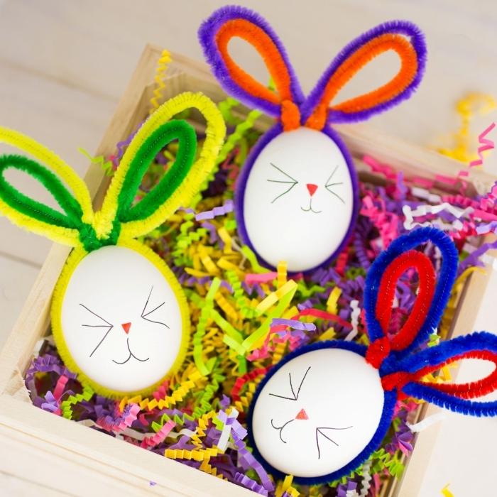 décoration de paques à fabriquer boîte bois cure pipe colorés dessin moustache lapin oeuf blanc