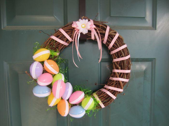 décoration de paques à fabriquer couronne de branches avec deco ruba rose oeufs en plastique fleur artificielle