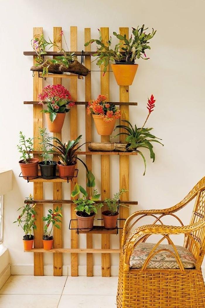 décoration extérieure appartement aménagement petit balcon panneau vegetal en bois chaise rotin