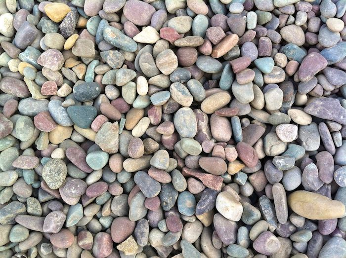 déco de massif avec des galets en couleurs et formes différentes déco de massif avec galets