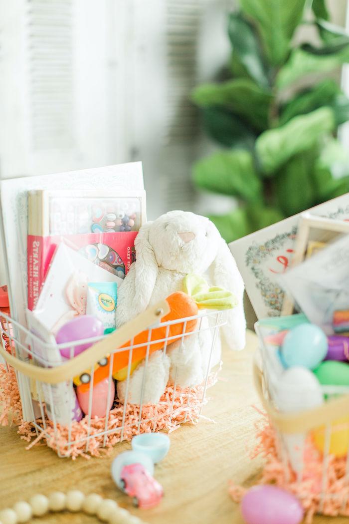 déco de pâques à faire soi même avec récup un panier rempli des gourmandises et jouets