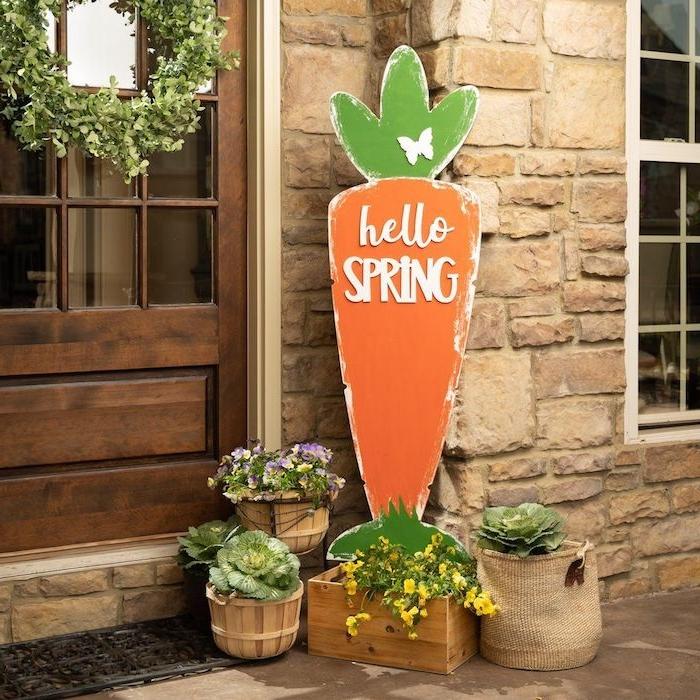 déco de paques a faire soi meme avec des plantes verte une couronne sur la porte et carotte gigantesque