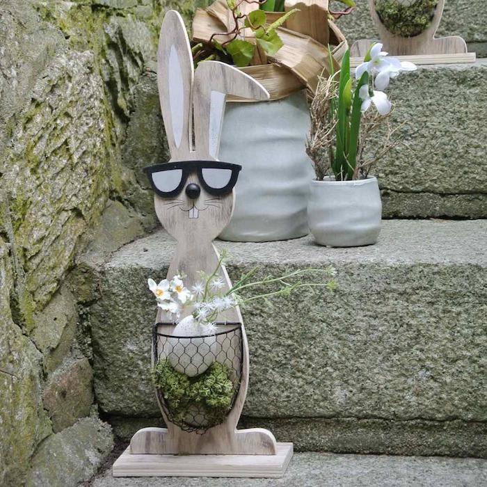 décoration de paques bricolage décoratif avec un panier collée pour y poser des oeufs