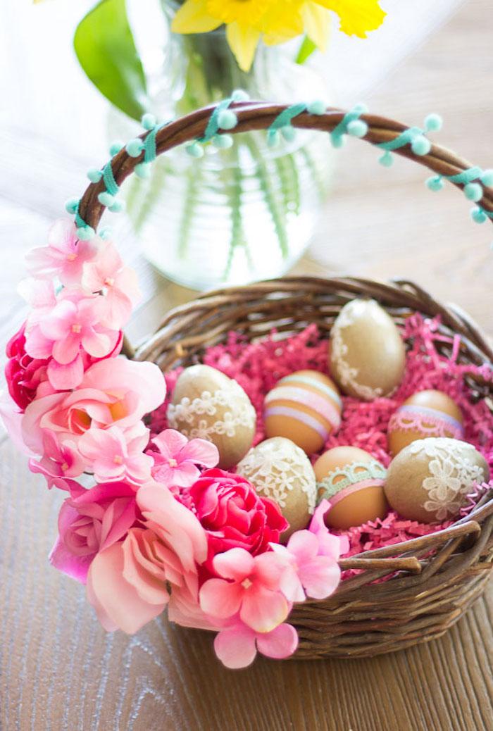 décoration paques facile avec des oeufs couvert en dantelle posés dans un panier décoré des fleurs