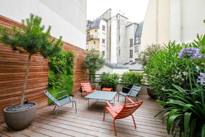 deco amenagement petite terrasse composite avec chases et table metal vegetation verte arbre en pot coin detente exterieur
