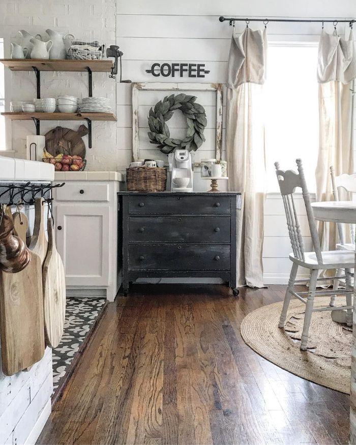 deco champetre maison cuisine blanche et bois avec meuble gris patiné étageres bois et métal ouvertes