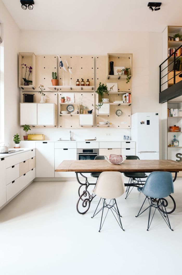deco interieur moderne idee deco loft cuisine blanche et bois rangements hauts panneau bois perforé table bois et métal chaises scandinave mezzanine lit