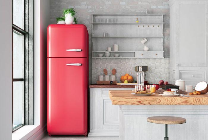 deco loft industriel avec carrelage mosaique grise étagères ouvertes ilot blanc recouvert de plan de travail bois frigo rouge