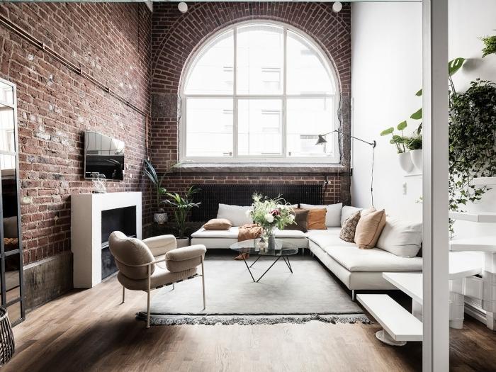 deco loft mur briques rouges canapé blanc d angle coussins décoratifs table basse verre et métal