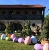 deco paques a faire soi même des oeufs décoratives enormes a coté des grandes arbustes en forme de lapin devant une maison