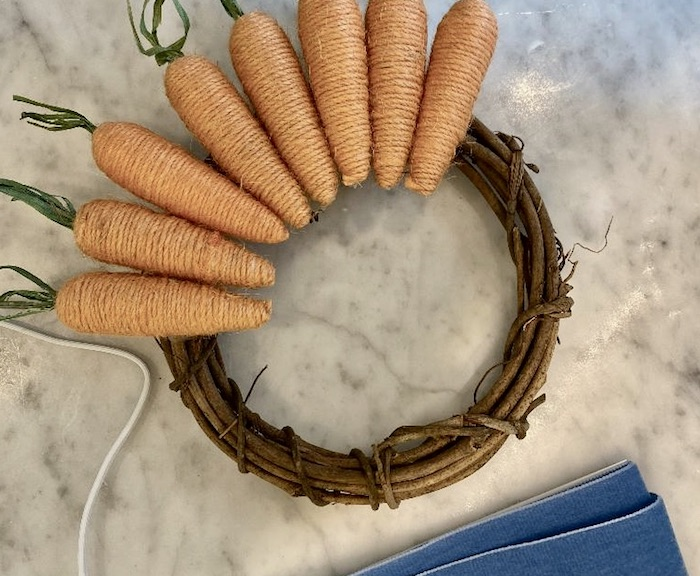 des carottes décoratifs faits de papier et ficelle déco de paques a faire soi meme avec récup