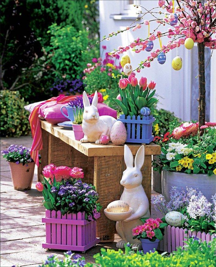 des lapins ceramiques et port a fleurs pleins de tulipes décoration paques facicle pour la cour d avant