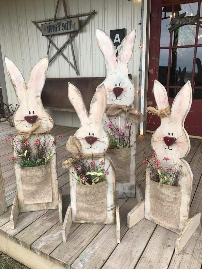 des lapins de paques bricolage avec des poches fixés remplis des fleurs