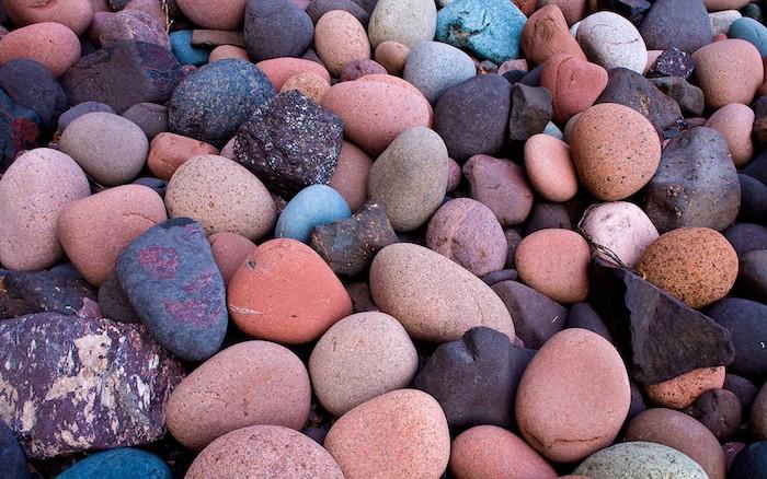 des pierres décoratifs de type galets en couleurs différentes parsemées