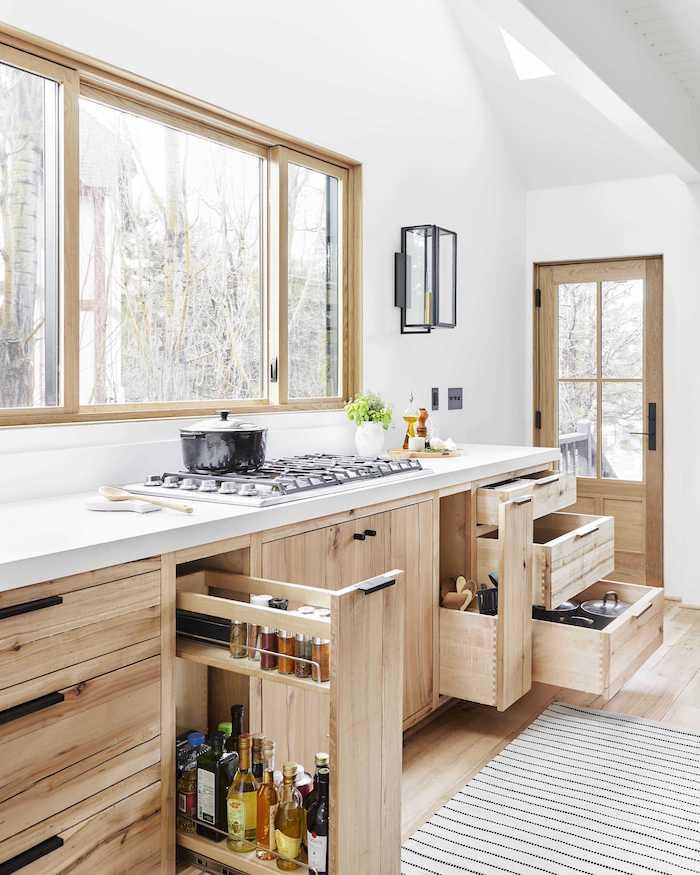 des tiroirs verticales dans une cuisine en bois style scandinavien petite cuisine aménagée