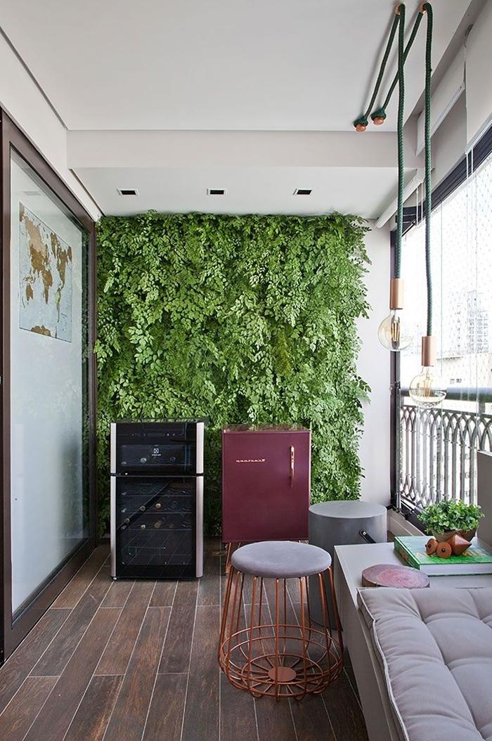 design balcon tabouret métal et velours gris banquette blanche moderne mur végétal de balcon