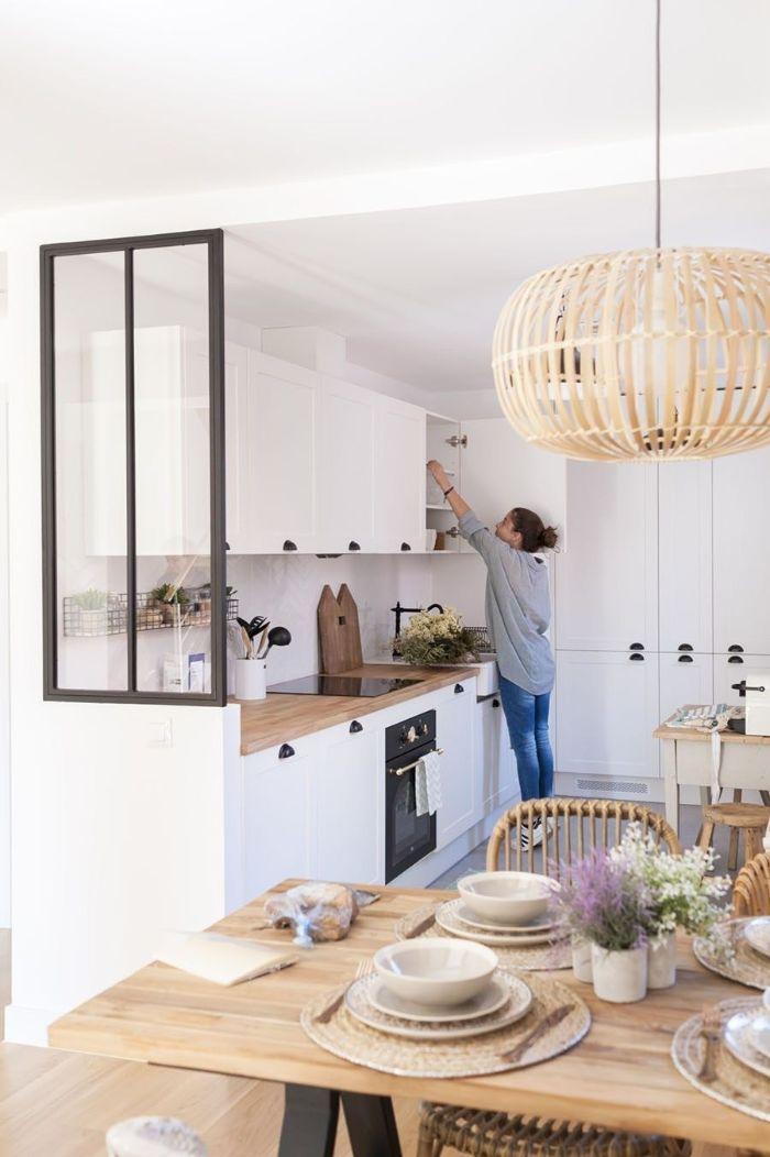 design cuisine blanche avec petite fenetre verrière meubles cuisine blancs table bois et pieds en metal suspension originale