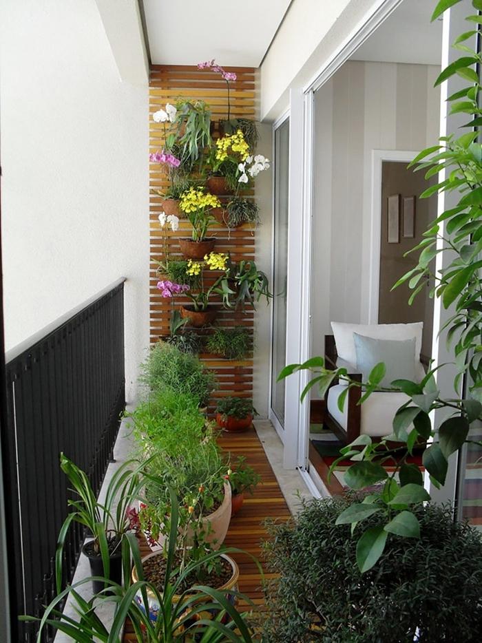 design mur fleuri sur planches de bois pots fleurs terre cuite rêvetement terrasse bois déco petit balcon