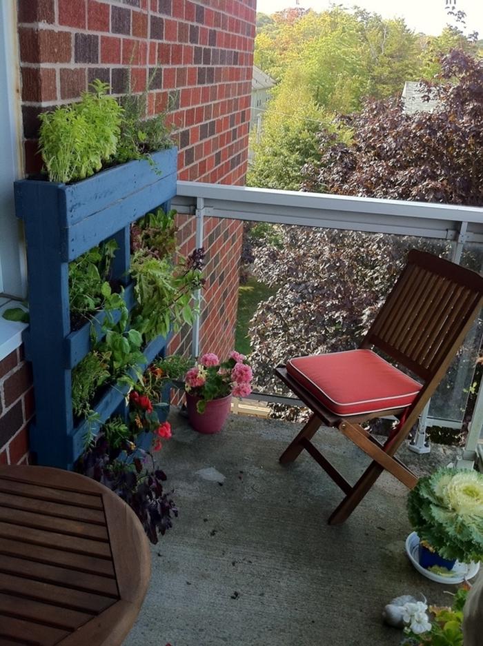 design petit balcon avec chaise et table en bois foncé diy jardinière plantes pour mur végétal extérieur