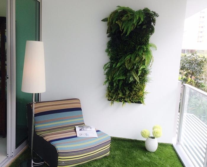 design petit balcon avec faux gazon fauteuil lampe sur pied mur végétal intérieur ikea vase blanc