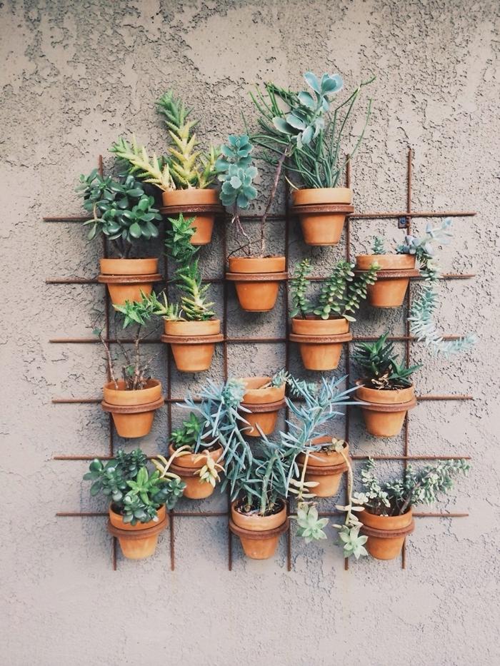 design petit jardin avec mini pots de fleurs terre cuite succulente mur végétal extérieur sur grillage