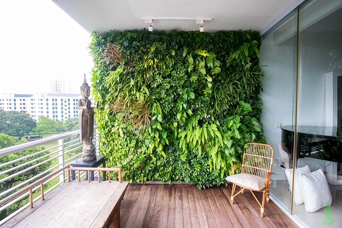 design terrasse zen statuette boudha chaise rotin mur vegetal exterieur sol rêvetement bois plantes grimpantes