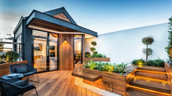 design urbain terrasse de bois avec plantes jaccuzzi chaises tressées galets éclairage led idee amenagement terrasse