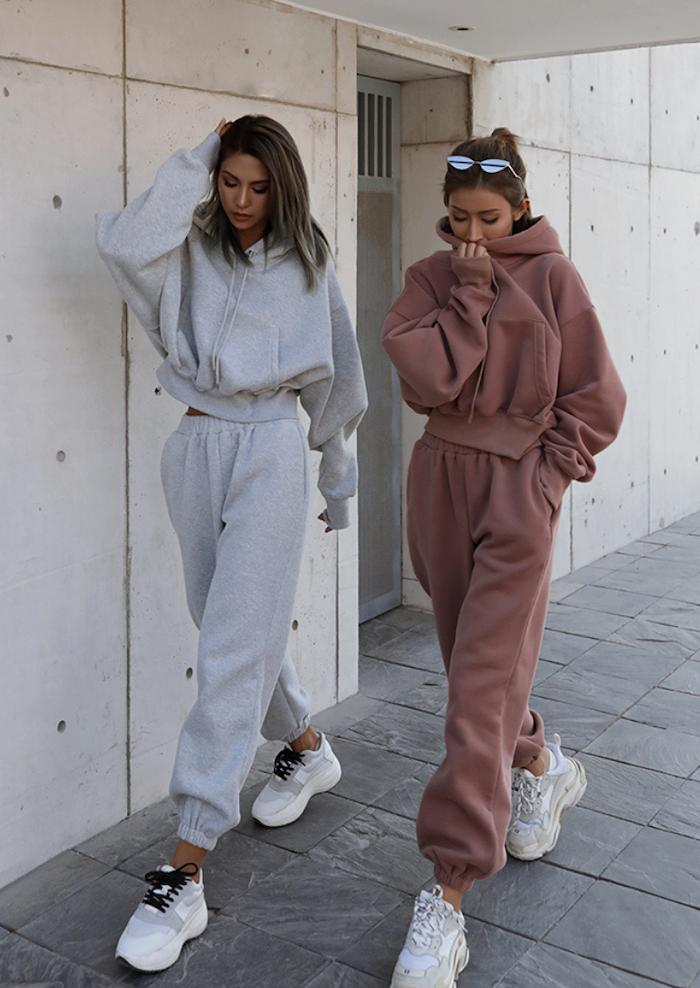 deux filles en survetements rose vieux et gris avec des baskets blanches streetwear femme jpg
