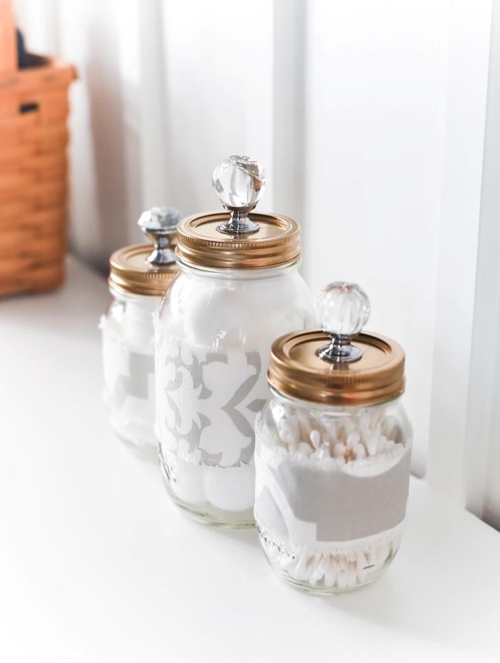 diy petit rangement salle de bain pour accessoires bocaux recyclés couvercle peinture cuivre