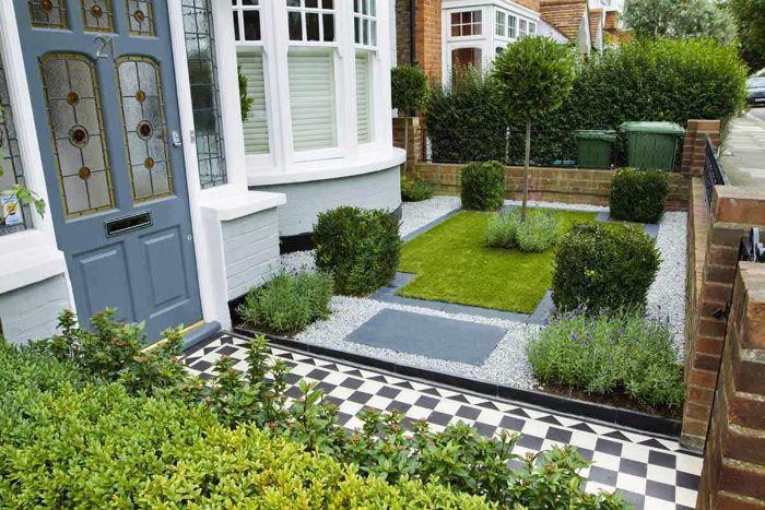 exemple aménagement extérieur maison avec gazin vert arbustes vertes chemin damier arbustes et arbre
