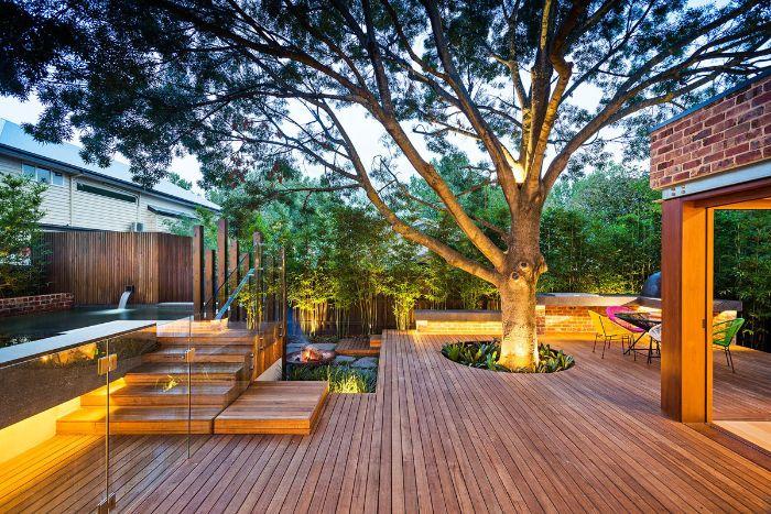 exemple aménagement extérieur terrasse bois composite avec arbre au centre et brise vue bambou et piscine