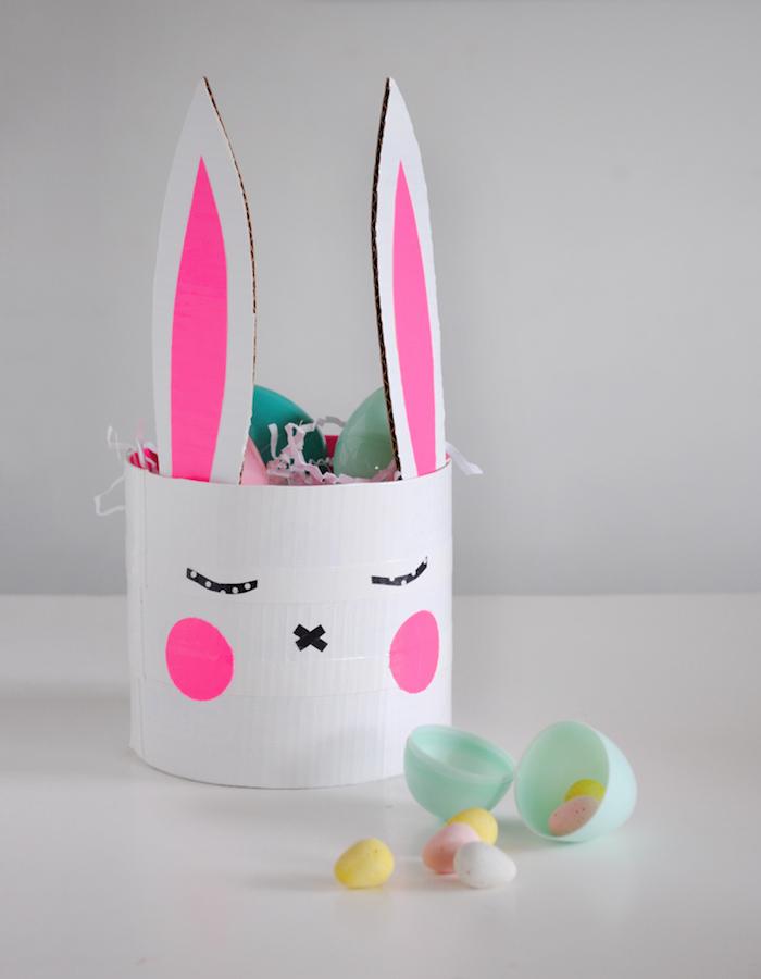 exemple bricolage de paques maternelle facile dans boite de cylindre motif lapin décoration de paques a fabriquer facilement