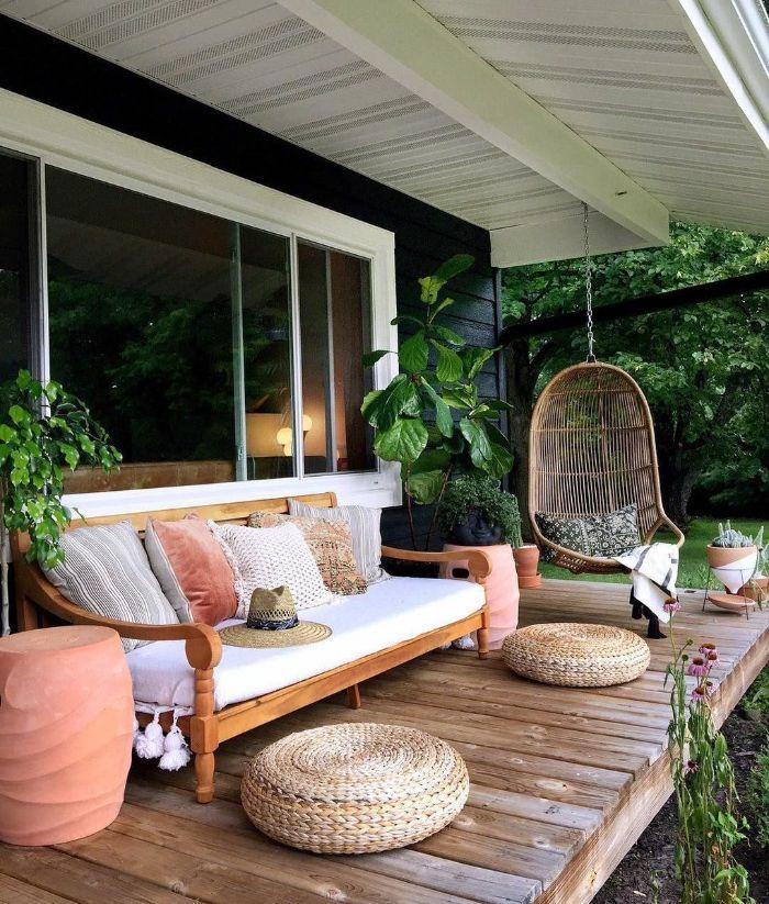 exemple comment amenager terrasse cocooning de bois avec des poufs tressés canapé bois confortable et balançoire plante verte extérieur