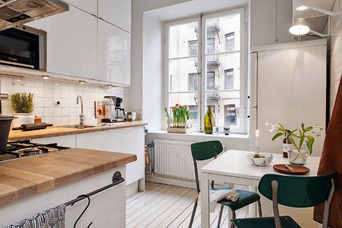 exemple cuisine d angle avec parquet blanchi meuble cuisine blanc avec plan de travail bois coin repas de table blanche et chaises vertes