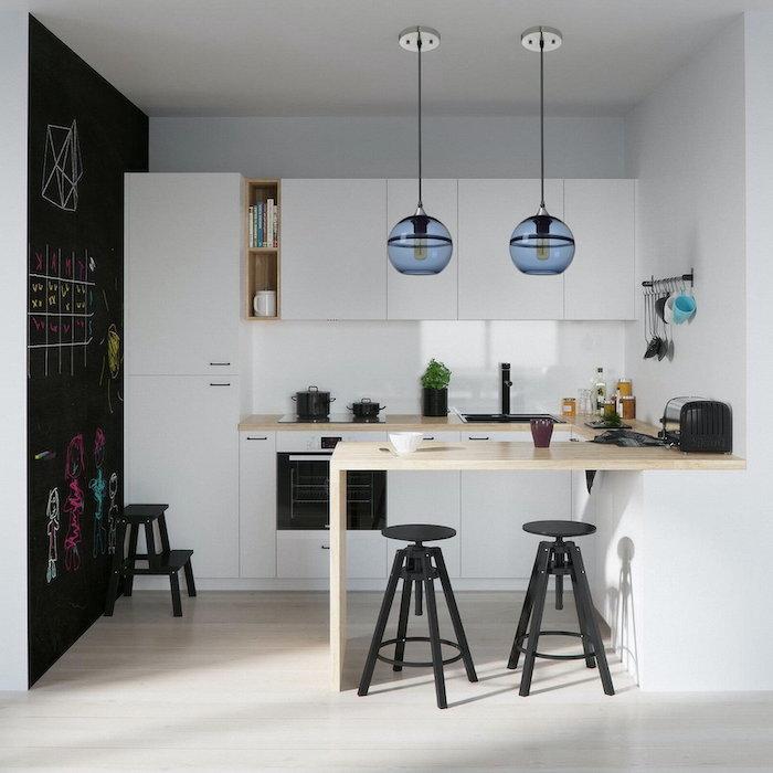 exemple d aménagement cuisine en style scandinavien avec des elements noirs et deux lampes forme de globe pendantes