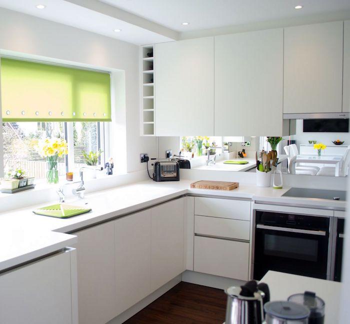 exemple de cuisine minimaliste en blanc avec un volet roulent eu fenetre en vert