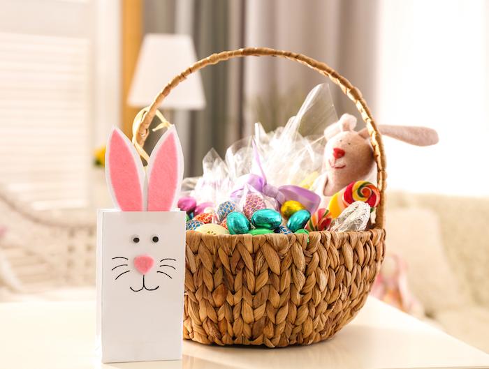 exemple de décoration de paques a fabriquer avec un panier tissée et lapin diy en papier