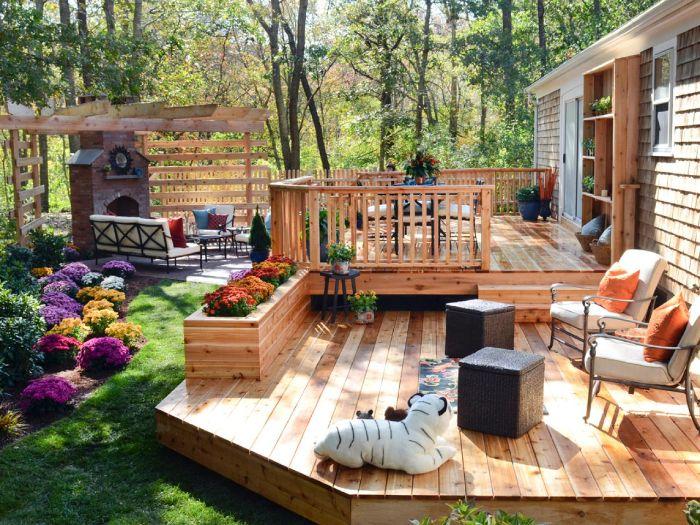exemple de terrasse aménagée en bois clair exotique avec coin salle à manger extérieure et chaises métal bacs en bois avec des plantes