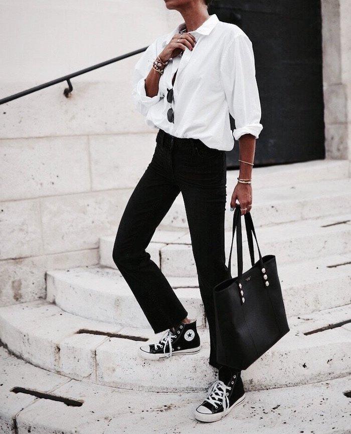 exemple de vetement femme chic avec un chemisier blanc ample et pantalon noir combiné avec des basket coverse
