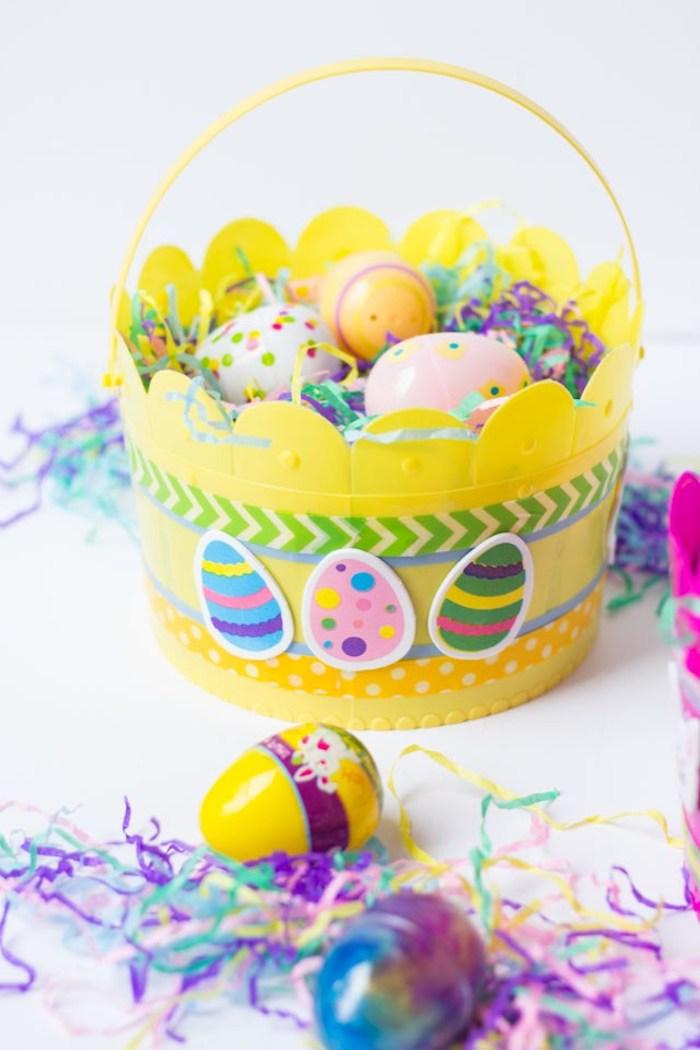 fabriquer panier de paques en plastique avec des oeuf décoratives et des autocollants colorés