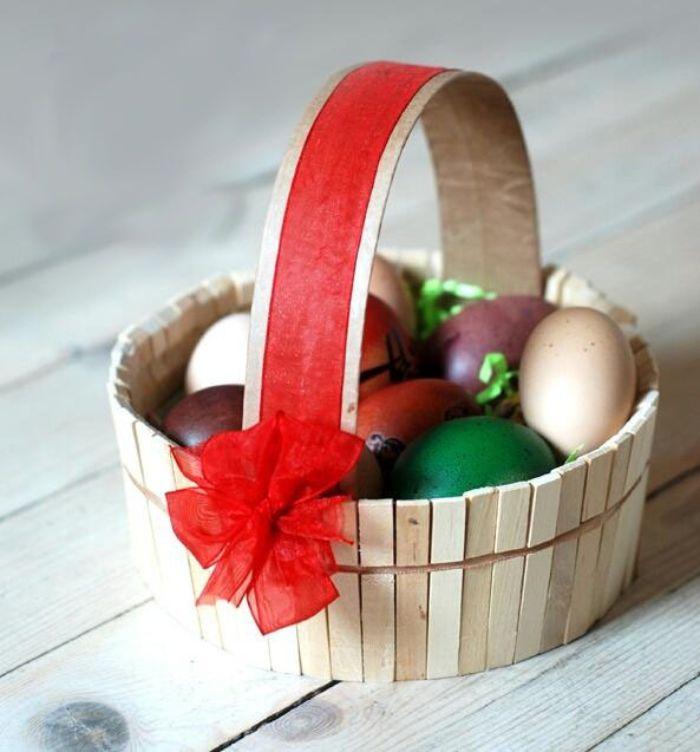 fabriquer un panier de paques diy en pinces à linge reyclées et décoré d un ruban activité manuelle paques