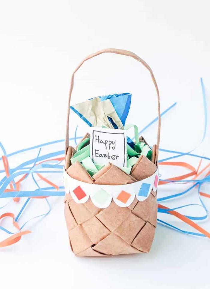 fabriquer un panier en carton idée écologique décoration des confettis en arrière