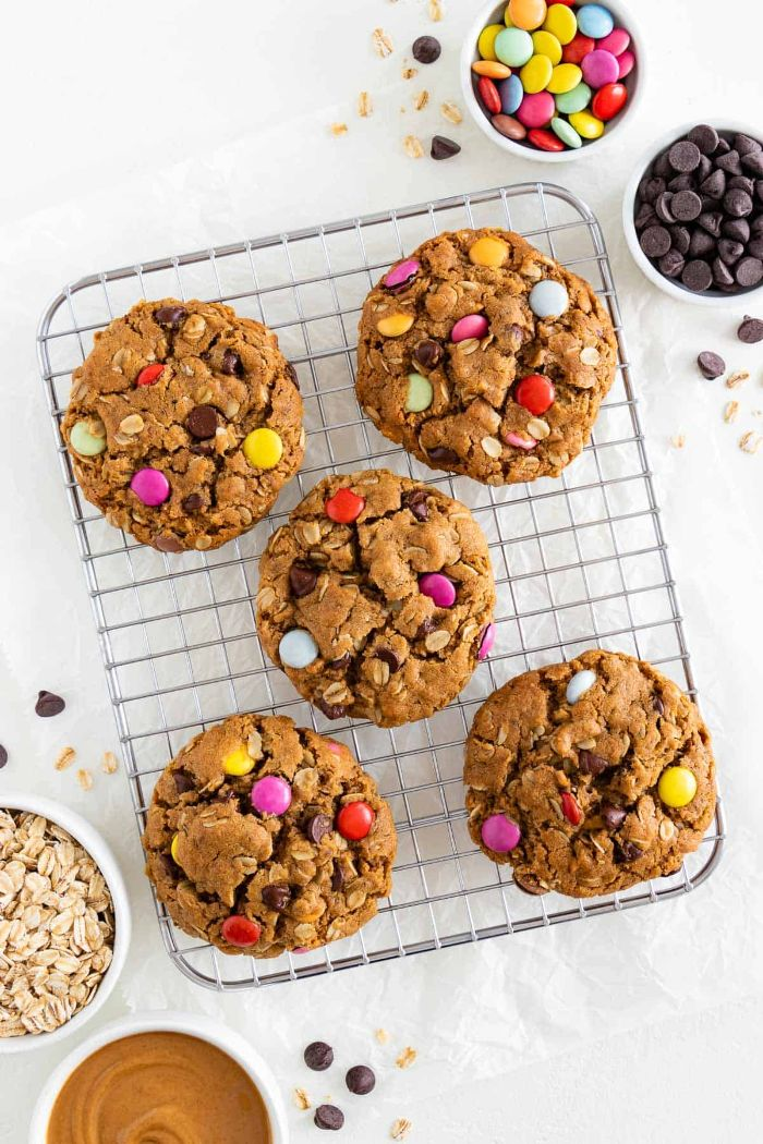 faire des cookies au beurre de cacahuète flocons d avoine bonbons mm colorés et pépites de chocolat