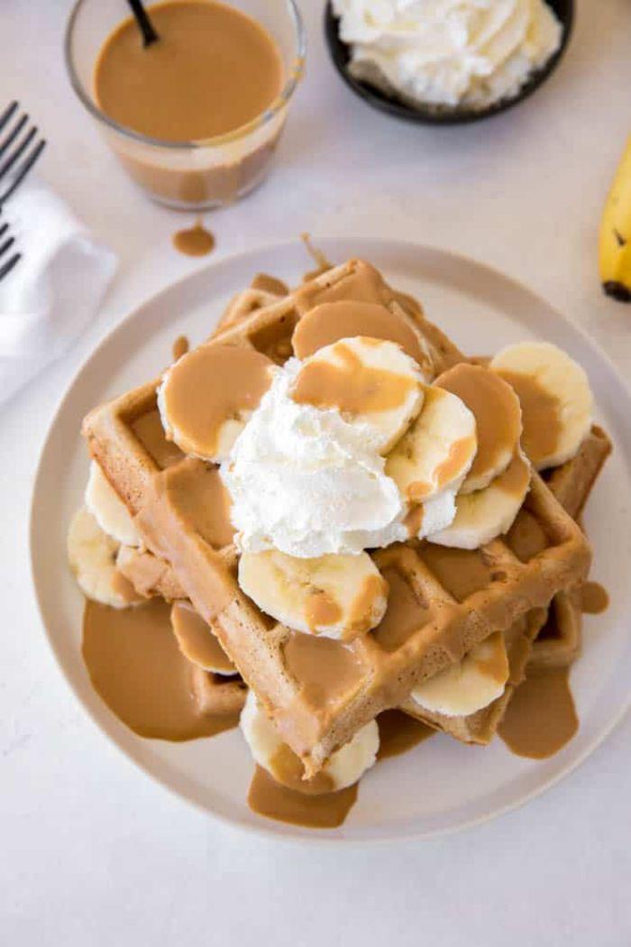 faire des gauffres maison au beurre de cacahuète et banane avec de la crème fraîche en dessus dessert sain et original