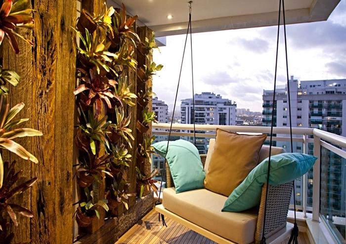 fauteuil suspendu décoration espace extérieur petit balcon zen avec mur plantes panneau vegetal