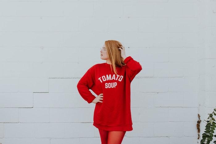 femme aux cheveux oranges lunettes de vue sweatshirt rouge