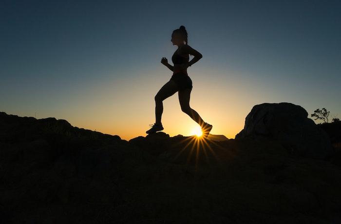 femme couche du soleil femme qui marche dans la montagne