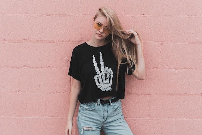 femmes aux cheveux blonds lunettes de soleil jaune t shirt noir court denim bleu clair